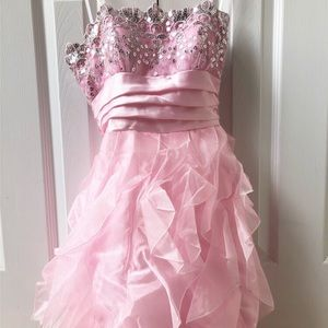 ✨ 👗 Gorgeous sequin + frilly strapless dress ✨